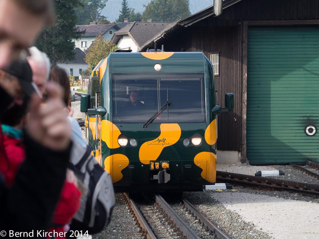 Der Salamander fährt in den Bahnhof ein.