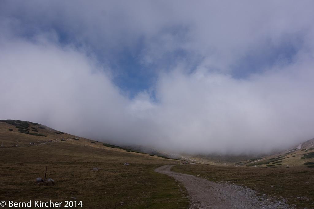 Auf dem Weg zur Fischerhütte klart der Nebel gelegentlich uaf und lässt so auf die tolle Landschaft schließen.