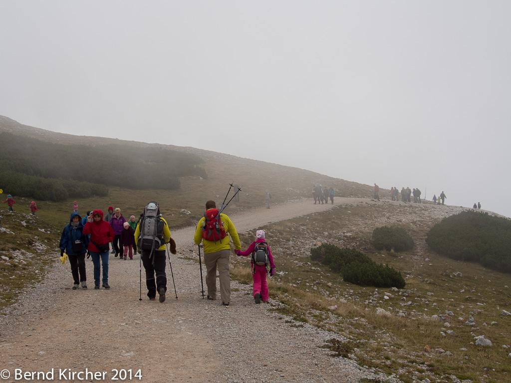 In der Nähe zum Schneebergbahnhof treffen Neuankömmlinge auf abfahrende Wanderer. So entstehen Menschenansammlungen.