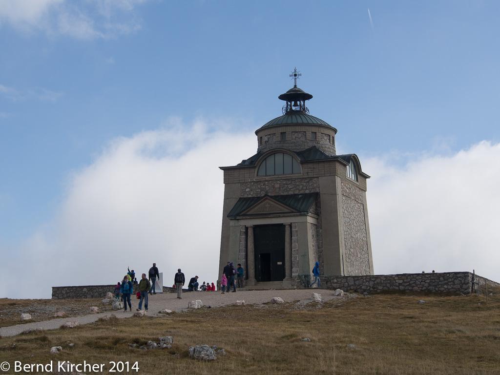 Gleich neben dem Schneebergbahnhof steht die Elisabeth-Kapelle, welche der Österreichischen Kaisering gewidmet ist.