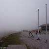 Ankunft am Schneeberg: Nebel oder Wolken erlauben nur geringe Fernsicht und tauchen die Landschaft in ein ödes Grau