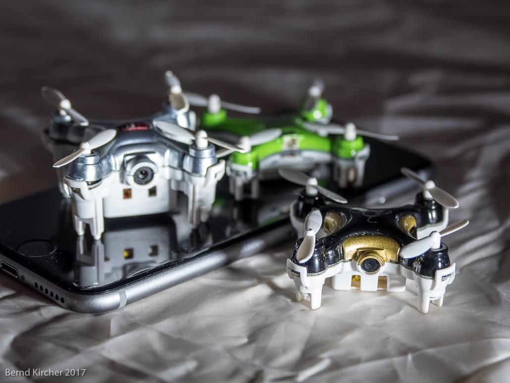 Drei Drohnen auf einem Handy